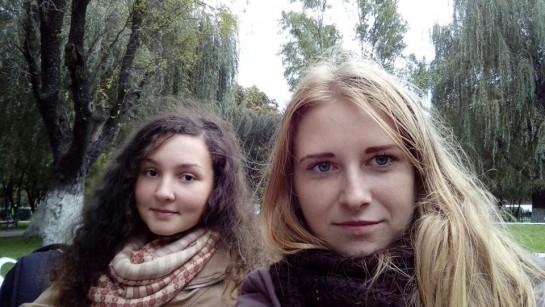 fată din stânga